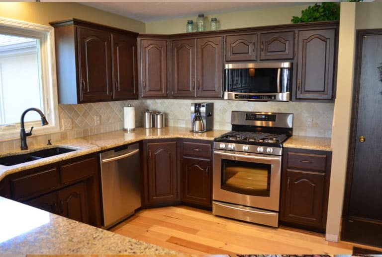 Mid-sized kitchen cabinets